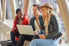 3 jeunes métis de groupe d'étudiants d'entrepreneurs ou d'adultes autour Photos libres de droits