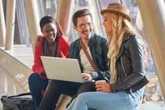 3 jeunes métis de groupe d'étudiants d'entrepreneurs ou d'adultes autour Photo stock