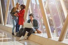 3 jeunes métis de groupe d'étudiants d'entrepreneurs ou d'adultes autour Image stock