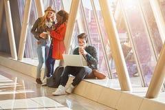 3 jeunes métis de groupe d'étudiants d'entrepreneurs ou d'adultes autour Photographie stock libre de droits