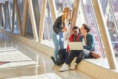 3 jeunes métis de groupe d'étudiants d'entrepreneurs ou d'adultes autour Image libre de droits