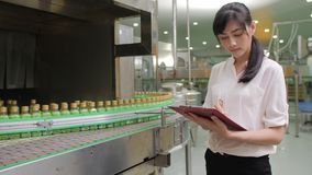 Jeunes main-d'œuvre féminine dans l'industrie de boissons vérifiant la qualité du produit clips vidéos