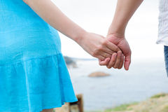 Jeunes mains caucasiennes de couples Image stock