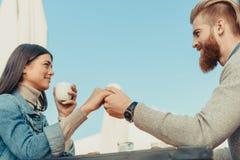 Jeunes mains de fixation de couples Image stock