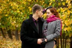 Jeunes mains de fixation de couples Photos stock