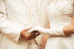 Jeunes mains de fixation de couples photo stock