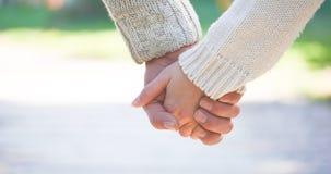Jeunes mains de fixation de couples Photos libres de droits