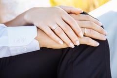 Jeunes mains de fixation de couples dans le domaine Images stock