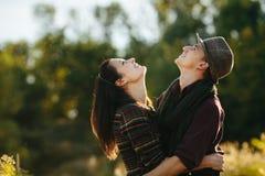 Jeunes mains de fixation de couples Dans le lever de soleil de nature Photo stock