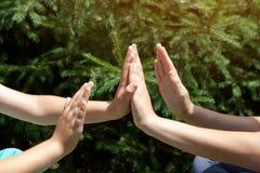 Jeunes mains de génération d'enfants jouant ensemble Photos stock