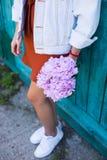 Jeunes mains femelles tenant le beau bouquet tendre de l'artificia Images stock