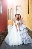 Jeunes mariée et demoiselle d'honneur dans une allée images stock