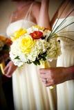 Jeunes mariées épousant des fleurs Photos stock