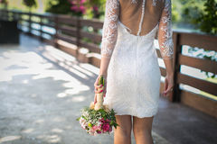Jeunes mariées épousant le bouquet Photographie stock