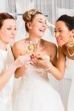 Jeunes mariées buvant du champagne dans la boutique de mariage photos libres de droits