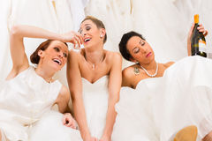 Jeunes mariées buvant trop dans la boutique de mariage image libre de droits