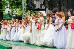 Jeunes mariées d'emballement cosmopolites, Moscou, 2013 Image libre de droits