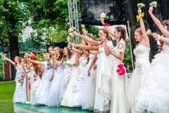 Jeunes mariées d'emballement cosmopolites, Moscou, 2013 Photo stock
