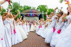 Jeunes mariées d'emballement cosmopolites, Moscou, 2013 Photos stock