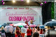 Jeunes mariées d'emballement cosmopolites, Moscou, 2013 Photo libre de droits