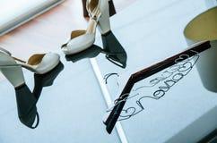 Jeunes mariées de mariage Chaussures de la jeune mariée, un cintre pour la robe d'une jeune mariée Photographie stock