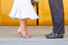 Jeunes mariés à l'église catholique Photos libres de droits
