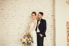Jeunes mariés à l'intérieur Image stock