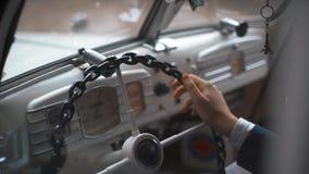 Jeunes mariés à l'intérieur de rétro voiture banque de vidéos