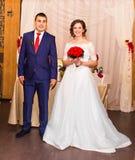 Jeunes mariés à la réception de mariage Images stock