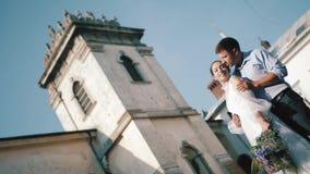 Jeunes mariés élégants Juste merried Couples de mariage Fin vers le haut Jeunes mariés heureux sur leur étreindre de mariage toil clips vidéos