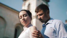 Jeunes mariés élégants Juste merried Couples de mariage Fin vers le haut Jeunes mariés heureux sur leur étreindre de mariage toil banque de vidéos