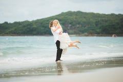 Jeunes mariés étreignant à la mer couples dans l'amour sur la plage abandonnée Photo stock