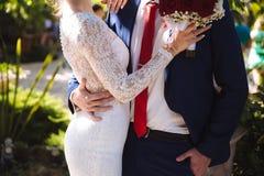 Jeunes mariés étreignant au jour du mariage Concept de famille d'amour photos libres de droits