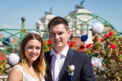 Jeunes mariés étreignant doucement sur la terrasse avec le cityscap de Rome Image stock
