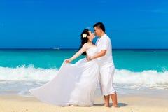 Jeunes mariés asiatiques sur une plage tropicale Mariage et lune de miel Images libres de droits