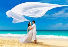 Jeunes mariés asiatiques sur une plage tropicale Mariage et lune de miel Image libre de droits