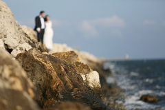 Jeunes mariés au bord de la mer Photos libres de droits