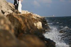 Jeunes mariés au bord de la mer Photo stock