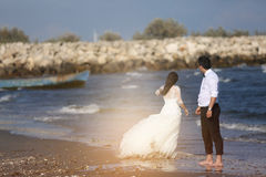 Jeunes mariés au bord de la mer Images libres de droits