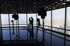 Jeunes mariés au-dessus du paysage urbain de Dubaï Images stock