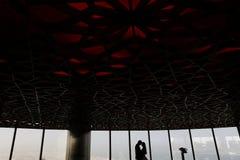 Jeunes mariés au-dessus du paysage urbain de Dubaï Image libre de droits