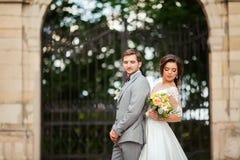 Jeunes mariés au jour du mariage marchant dehors sur la nature de ressort Couples nuptiales, femme heureuse de nouveaux mariés et Photos stock
