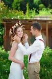 Jeunes mariés au jour du mariage marchant dehors sur le parc de ressort photographie stock