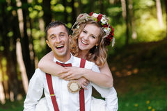 Jeunes mariés au jour du mariage marchant dehors sur le parc de ressort photo stock