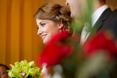 Jeunes mariés au s'inscrire de signature de contrat de mariage Images libres de droits