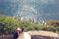 Jeunes mariés au soleil Photo stock