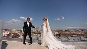 Jeunes mariés au toit banque de vidéos