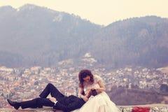 Jeunes mariés avec beaucoup de maisons sur le fond Images libres de droits