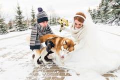 Jeunes mariés avec des chiens de traîneau de chien en hiver Photo stock