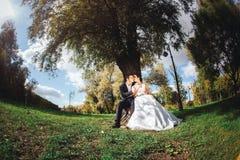 Jeunes mariés avec des sucreries dans des mains Photos libres de droits